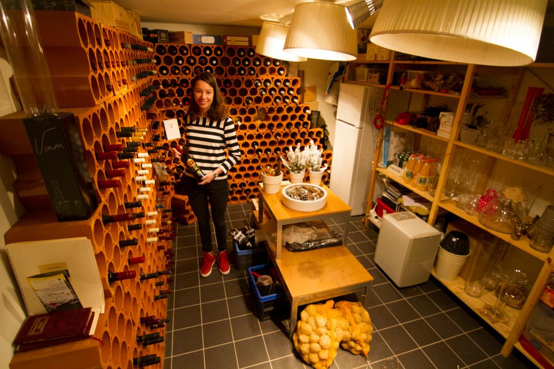 kelder Henselmans met dochter 1080- wijnkelder